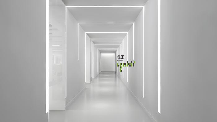 信息科技公司办公室走道装修设计效果图