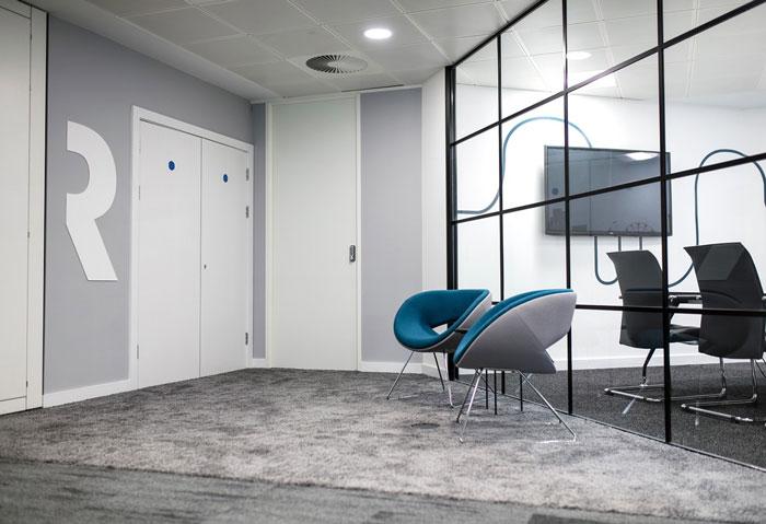 600平方办公室进门接待区装修设计效果图