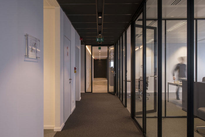 P2P金融公司办公室过道装修设计效果图